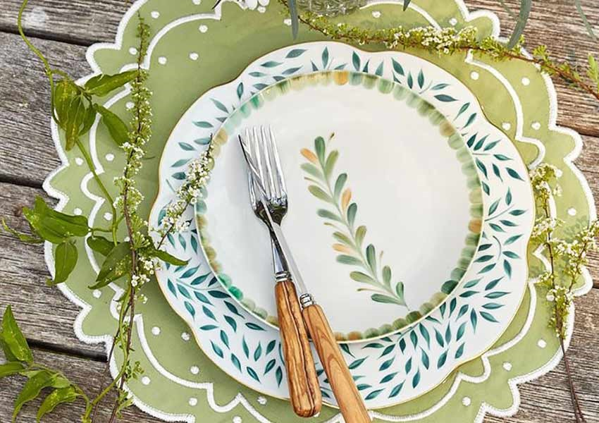 Green scalloped place settings for alfresco dinning set up